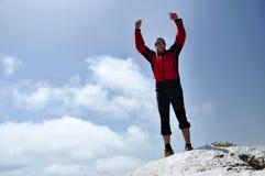 Άτομο που προετοιμάζεται να πηδήσει από έναν απότομο βράχο Στοκ Εικόνα
