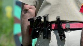 Άτομο που προετοιμάζεται να πυροβολήσει με ένα πυροβόλο όπλο στους στόχους στη σειρά πυροβολισμού απόθεμα βίντεο