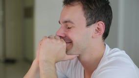 Άτομο που προσέχει ένα βίντεο και ένα χαμόγελο απόθεμα βίντεο