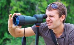 Άτομο που προσέχει στην επισήμανση του πεδίου στοκ εικόνα με δικαίωμα ελεύθερης χρήσης