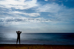 Άτομο που προσέχει τη θάλασσα τη νύχτα Στοκ Εικόνα