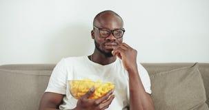 Άτομο που προσέχει τη TV απόθεμα βίντεο