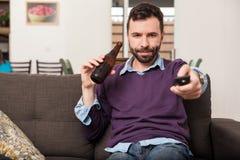 Άτομο που προσέχει το παιχνίδι στο σπίτι Στοκ Εικόνες