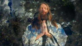 Άτομο που προσεύχεται ενάντια στα σύννεφα απόθεμα βίντεο