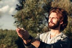 Άτομο που προσεύχεται με το αεροπλάνο εγγράφου στα χέρια ελεύθερου χώρου Στοκ Φωτογραφίες