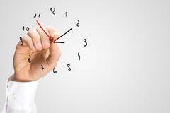 Άτομο που προσθέτει ένα από δεύτερο χέρι σε ένα hand-drawn ρολόι Στοκ εικόνες με δικαίωμα ελεύθερης χρήσης