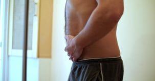 Άτομο που προσπαθεί να κρύψει την κοιλιά του απόθεμα βίντεο