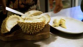 Άτομο που προσπαθεί να ξεφλουδίσει Durian απόθεμα βίντεο