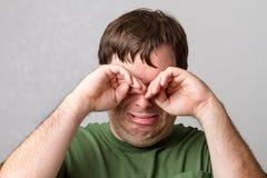 Άτομο που προσπαθεί να πάρει μαζί τα δάκρυα Στοκ φωτογραφίες με δικαίωμα ελεύθερης χρήσης