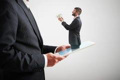Άτομο που προσφέρει τα χρήματα στο μεγάλο άτομο Στοκ φωτογραφία με δικαίωμα ελεύθερης χρήσης
