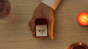 Άτομο που προτείνει το γάμο η φίλη του κατά τη διάρκεια της ρομαντικής ημερομηνίας την ημέρα βαλεντίνων απόθεμα βίντεο