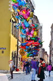 Άτομο που πωλεί τα φωτεινά μπαλόνια Στοκ φωτογραφία με δικαίωμα ελεύθερης χρήσης
