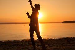 Άτομο που ρίχνει τις πέτρες στον ποταμό Στοκ Εικόνες