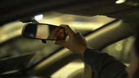Άτομο που ρυθμίζει τον οπισθοσκόπο καθρέφτη στο αυτοκίνητο, διαγωνισμός αδειών οδήγησης, σειρά διαφάνειας φιλμ μικρού μήκους