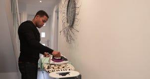 Άτομο που σιδερώνει ένα πουκάμισο στο σπίτι