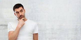 Άτομο που σκέφτεται πέρα από το γκρίζο υπόβαθρο τοίχων Στοκ εικόνα με δικαίωμα ελεύθερης χρήσης