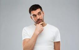 Άτομο που σκέφτεται πέρα από το γκρίζο υπόβαθρο Στοκ Εικόνες