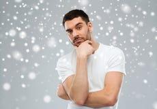 Άτομο που σκέφτεται πέρα από το υπόβαθρο χιονιού στοκ εικόνα