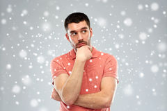 Άτομο που σκέφτεται πέρα από το υπόβαθρο χιονιού στοκ φωτογραφίες με δικαίωμα ελεύθερης χρήσης