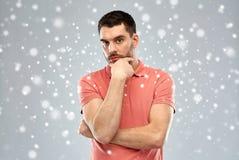 Άτομο που σκέφτεται πέρα από το υπόβαθρο χιονιού στοκ φωτογραφία με δικαίωμα ελεύθερης χρήσης