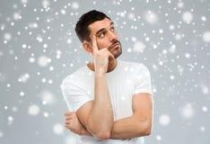 Άτομο που σκέφτεται πέρα από το χιόνι στο γκρίζο υπόβαθρο στοκ εικόνες με δικαίωμα ελεύθερης χρήσης