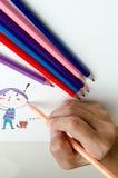 Άτομο που σκιαγραφεί σε ένα βιβλίο σκίτσων στοκ εικόνα