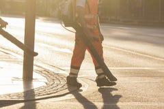 Άτομο που σκουπίζει τις οδούς Στοκ Εικόνα