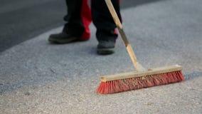 Άτομο που σκουπίζει το πάτωμα με μια σκούπα φιλμ μικρού μήκους