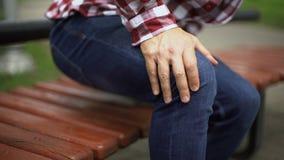Άτομο που στέκεται επάνω από τον πάγκο που αισθάνεται τον αιχμηρό πόνο γονάτων, οστεοαρθρίτιδα, ζημία απόθεμα βίντεο