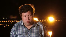 Άτομο που στέκεται και κοιμισμένος τη νύχτα υπαίθριος πτώσης, πορτρέτο απόθεμα βίντεο