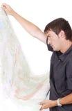 Άτομο που στέκεται και που εξετάζει τους χάρτες στα χέρια του Στοκ φωτογραφία με δικαίωμα ελεύθερης χρήσης
