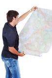 Άτομο που στέκεται και που εξετάζει τους χάρτες Στοκ φωτογραφία με δικαίωμα ελεύθερης χρήσης