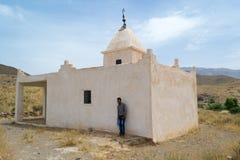Άτομο που στέκεται κοντά σε ένα μαυσωλείο στο νότιο Μαρόκο Στοκ Εικόνες