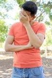 Άτομο που στέκεται με έναν μελαγχολικό στο πάρκο στοκ φωτογραφίες
