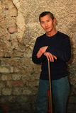 Άτομο που στέκεται με ένα τουφέκι Στοκ φωτογραφία με δικαίωμα ελεύθερης χρήσης