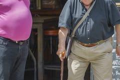 Άτομο που στέκεται με τη ράβδο Στοκ φωτογραφία με δικαίωμα ελεύθερης χρήσης