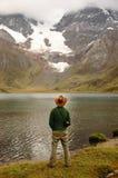 Άτομο που στέκεται στην άγρια φύση στοκ εικόνες