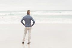 Άτομο που στέκεται στην άκρη της θάλασσας Στοκ φωτογραφίες με δικαίωμα ελεύθερης χρήσης