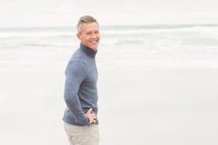 Άτομο που στέκεται στην άκρη της θάλασσας Στοκ Εικόνα
