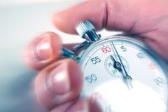 Άτομο που σταματά ένα χρονόμετρο με διακόπτη Στοκ Φωτογραφίες