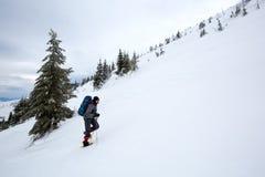 Άτομο που στα χειμερινά βουνά πριν από τη καταιγίδα Στοκ φωτογραφία με δικαίωμα ελεύθερης χρήσης