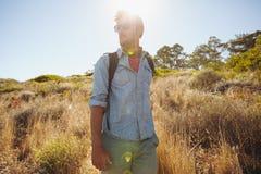 Άτομο που στη φύση μια ηλιόλουστη ημέρα Στοκ εικόνα με δικαίωμα ελεύθερης χρήσης