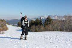 Άτομο που στο χιόνι μεταξύ των βουνών Στοκ Εικόνες