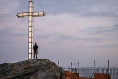 Άτομο που συλλογίζεται τη θάλασσα σε Almuñecar στοκ εικόνες