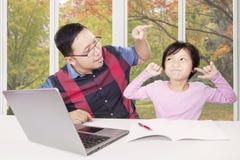 Άτομο που συμβουλεύει το παιδί του για να μάθει στο σπίτι Στοκ Εικόνες
