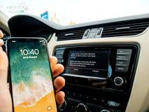 Άτομο που συνδέει με τη Apple cArPlay το νέο iphone Χ 10 από τη Apple Στοκ φωτογραφίες με δικαίωμα ελεύθερης χρήσης