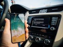 Άτομο που συνδέει με τη Apple cArPlay το νέο iphone Χ 10 από τη Apple Στοκ Εικόνες