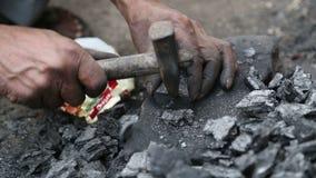 Άτομο που συνθλίβει μια πέτρα στο έδαφος με το σφυρί, κινηματογράφηση σε πρώτο πλάνο απόθεμα βίντεο