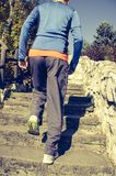 Άτομο που συσσωρεύει τα σκαλοπάτια πετρών στο πάρκο κατά τη διάρκεια στοκ εικόνα με δικαίωμα ελεύθερης χρήσης