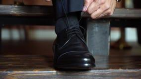 Άτομο που τίθεται στα παπούτσια απόθεμα βίντεο